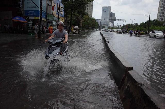 Tuyến đường có máy bơm công suất lớn ở Sài Gòn biến thành sông sau cơn mưa lớn - Ảnh 7.