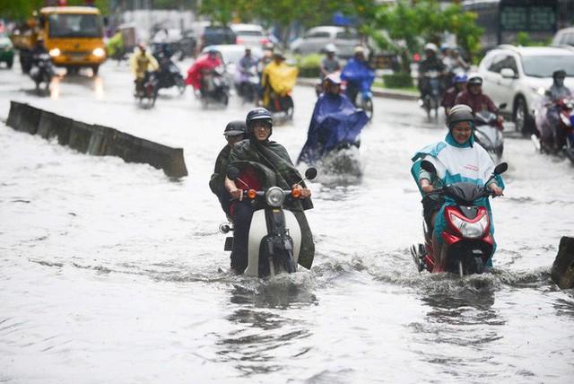 Tuyến đường có máy bơm công suất lớn ở Sài Gòn biến thành sông sau cơn mưa lớn - Ảnh 8.