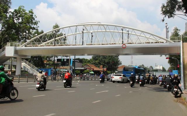 Ngắm cầu bộ hành 11 tỷ ở cửa ngõ sân bay Tân Sơn Nhất - Ảnh 1.