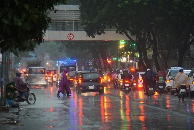 Mưa lớn, người Sài Gòn bật đèn xe chạy giữa ban ngày - Ảnh 1.