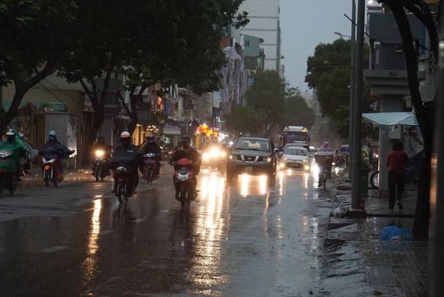 Mưa lớn, người Sài Gòn bật đèn xe chạy giữa ban ngày - Ảnh 2.