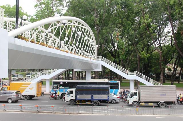 Ngắm cầu bộ hành 11 tỷ ở cửa ngõ sân bay Tân Sơn Nhất - Ảnh 2.