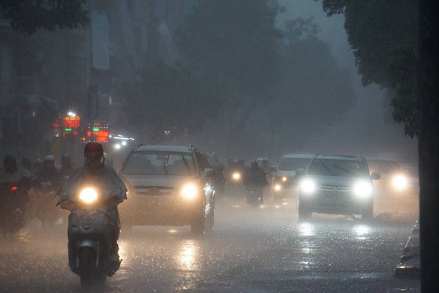 Mưa lớn, người Sài Gòn bật đèn xe chạy giữa ban ngày - Ảnh 3.