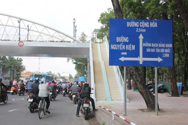 Ngắm cầu bộ hành 11 tỷ ở cửa ngõ sân bay Tân Sơn Nhất - Ảnh 3.
