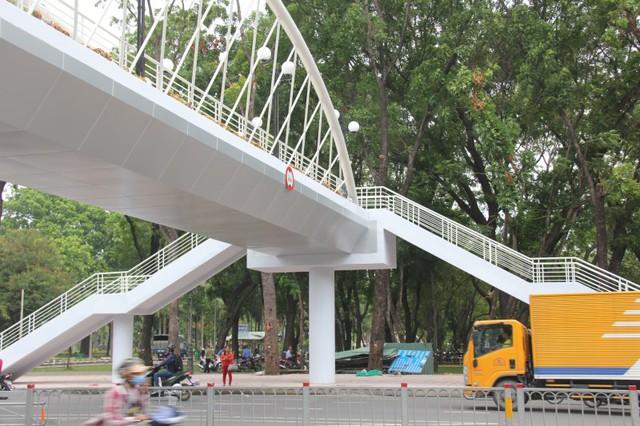 Ngắm cầu bộ hành 11 tỷ ở cửa ngõ sân bay Tân Sơn Nhất - Ảnh 4.