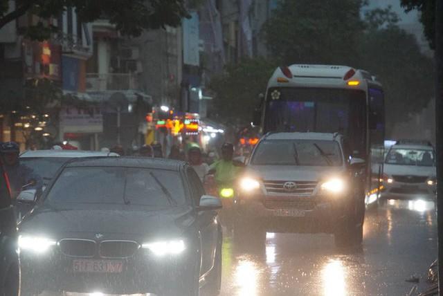 Mưa lớn, người Sài Gòn bật đèn xe chạy giữa ban ngày - Ảnh 5.