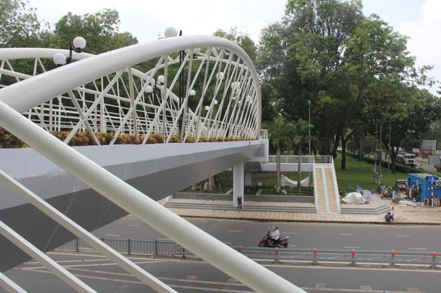 Ngắm cầu bộ hành 11 tỷ ở cửa ngõ sân bay Tân Sơn Nhất - Ảnh 5.