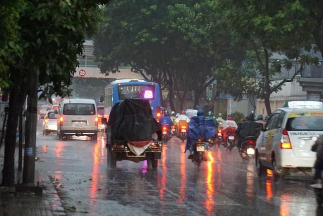 Mưa lớn, người Sài Gòn bật đèn xe chạy giữa ban ngày - Ảnh 6.