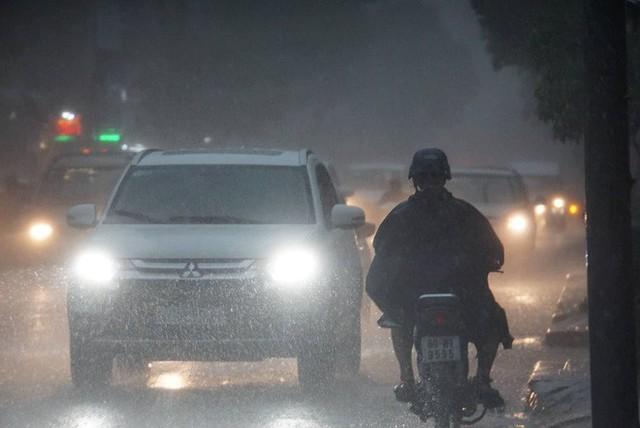 Mưa lớn, người Sài Gòn bật đèn xe chạy giữa ban ngày - Ảnh 7.