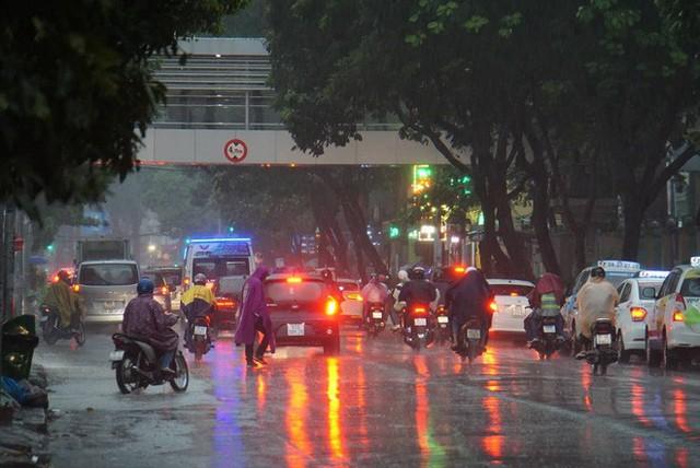 Mưa lớn, người Sài Gòn bật đèn xe chạy giữa ban ngày - Ảnh 8.