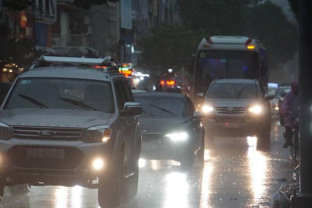 Mưa lớn, người Sài Gòn bật đèn xe chạy giữa ban ngày - Ảnh 9.
