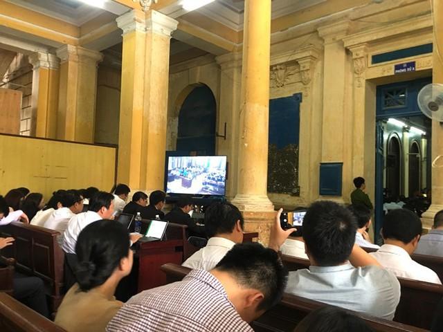Phiên tòa xét xử Hứa Thị Phấn: Nhiều bị cáo sức khỏe không đảm bảo, bị cáo Phấn vắng mặt vì sức khỏe chỉ còn 7% - Ảnh 2.