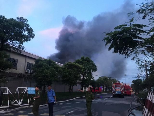 Đang cháy lớn tại công ty rộng 1.500 m2 ở Sài Gòn - Ảnh 2.