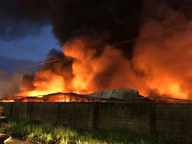 [Ảnh hiện trường] 200 cảnh sát PCCC chiến đấu với lửa, hàng chục xe cứu hỏa chia ra nhiều hướng - Ảnh 1.