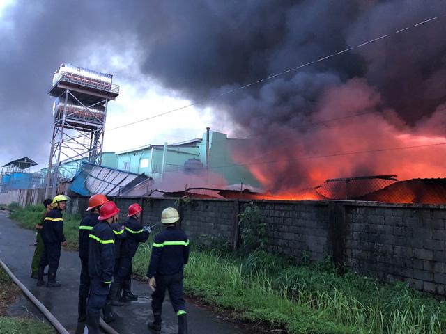 [Ảnh hiện trường] 200 cảnh sát PCCC chiến đấu với lửa, hàng chục xe cứu hỏa chia ra nhiều hướng - Ảnh 2.