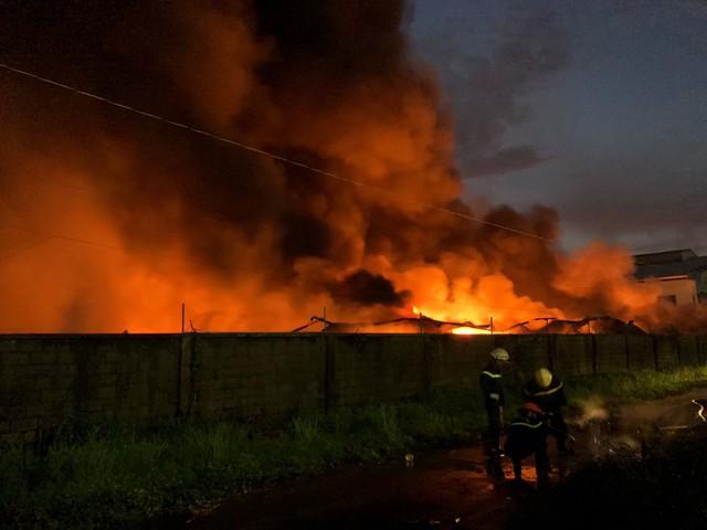 [Ảnh hiện trường] 200 cảnh sát PCCC chiến đấu với lửa, hàng chục xe cứu hỏa chia ra nhiều hướng - Ảnh 11.