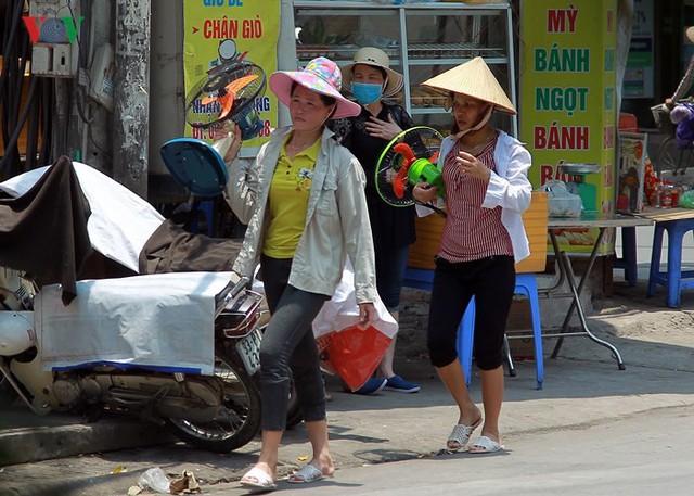 Dân Hà Nội khổ sở tìm cách chống nắng nóng đầu hè - Ảnh 16.