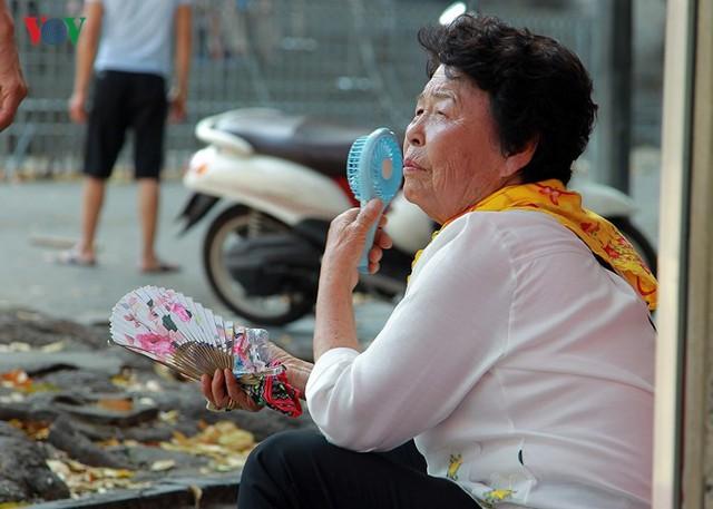 Dân Hà Nội khổ sở tìm cách chống nắng nóng đầu hè - Ảnh 17.
