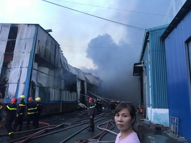 Đang cháy lớn tại công ty rộng 1.500 m2 ở Sài Gòn - Ảnh 3.