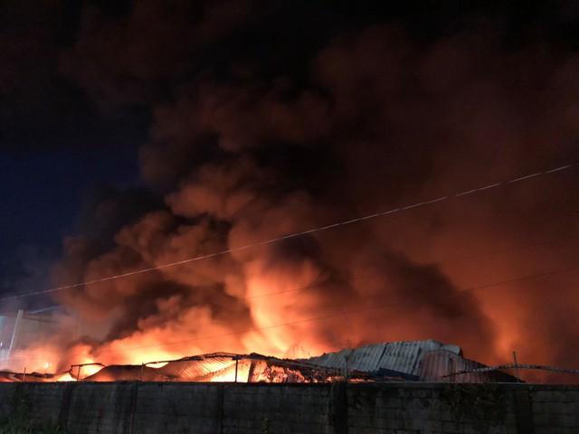 [Ảnh hiện trường] 200 cảnh sát PCCC chiến đấu với lửa, hàng chục xe cứu hỏa chia ra nhiều hướng - Ảnh 3.