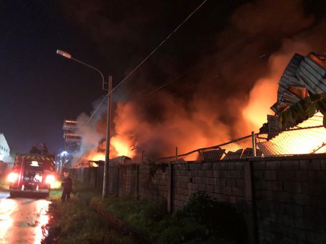 [Ảnh hiện trường] 200 cảnh sát PCCC chiến đấu với lửa, hàng chục xe cứu hỏa chia ra nhiều hướng - Ảnh 4.