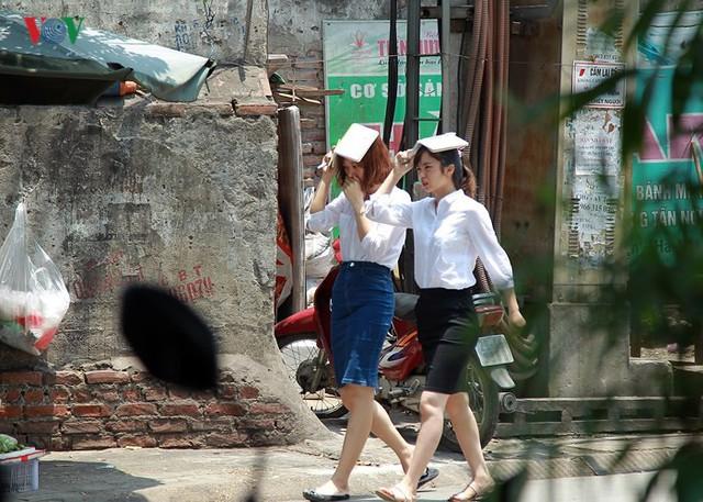 Dân Hà Nội khổ sở tìm cách chống nắng nóng đầu hè - Ảnh 4.