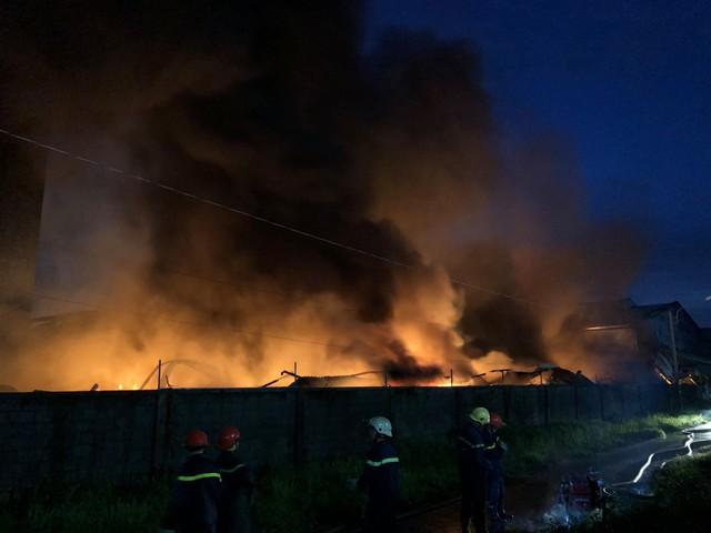[Ảnh hiện trường] 200 cảnh sát PCCC chiến đấu với lửa, hàng chục xe cứu hỏa chia ra nhiều hướng - Ảnh 5.