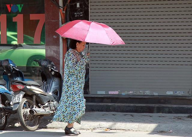 Dân Hà Nội khổ sở tìm cách chống nắng nóng đầu hè - Ảnh 5.