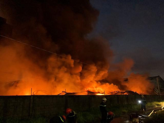 [Ảnh hiện trường] 200 cảnh sát PCCC chiến đấu với lửa, hàng chục xe cứu hỏa chia ra nhiều hướng - Ảnh 6.