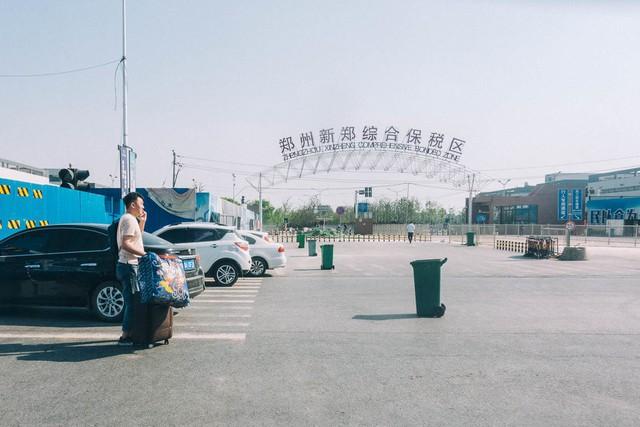 """Cuộc sống của các công nhân tại """"thành phố iPhone"""", nơi sản xuất một nửa lượng iPhone trên toàn thế giới - Ảnh 6."""