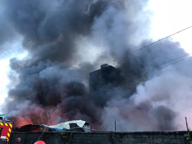 [Ảnh hiện trường] 200 cảnh sát PCCC chiến đấu với lửa, hàng chục xe cứu hỏa chia ra nhiều hướng - Ảnh 8.