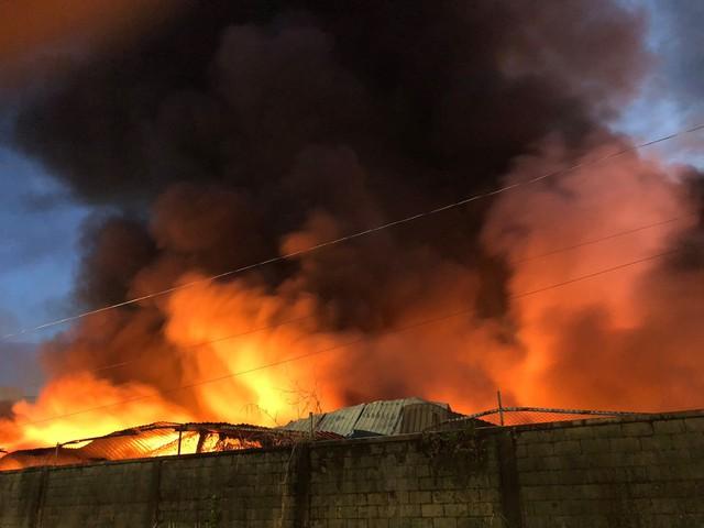 [Ảnh hiện trường] 200 cảnh sát PCCC chiến đấu với lửa, hàng chục xe cứu hỏa chia ra nhiều hướng - Ảnh 10.