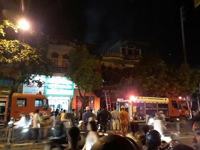 Cháy ngùn ngụt ở cửa hàng xe máy, 3 mẹ con thoát chết trong gang tấc - Ảnh 1.