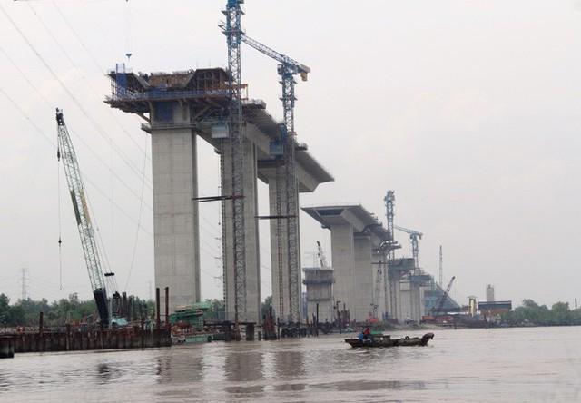 Ngắm cầu dây văng Bình Khánh cao nhất Việt Nam dần hiện hữu - Ảnh 3.