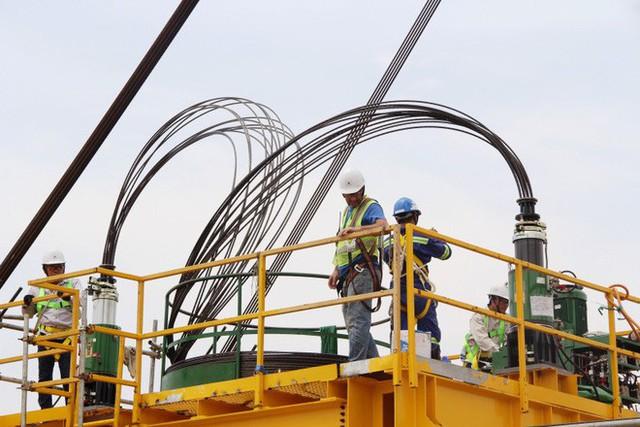 Ngắm cầu dây văng Bình Khánh cao nhất Việt Nam dần hiện hữu - Ảnh 9.