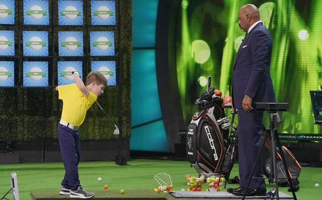 Điều kỳ diệu: Cậu bé 7 tuổi chỉ có một cánh tay đọ tài cùng siêu hổ Tiger Woods - Ảnh 2.