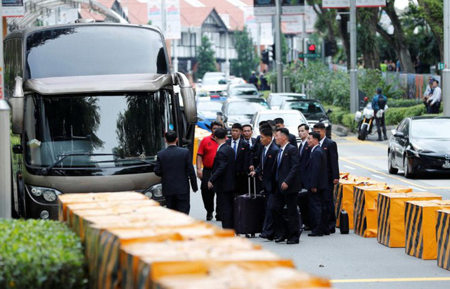 Dàn vệ sĩ áo đen siêu ngầu tái hiện màn chạy bộ tháp tùng ông Kim Jong-un tại Singapore - Ảnh 4.