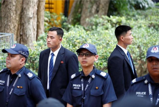 Dàn vệ sĩ áo đen siêu ngầu tái hiện màn chạy bộ tháp tùng ông Kim Jong-un tại Singapore - Ảnh 5.