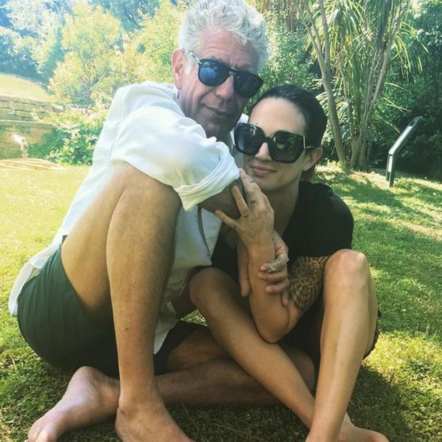 Đường tình trắc trở của vị đầu bếp tài hoa Anthony Bourdain: Hai lần gãy gánh hôn nhân và mối tình chưa kịp viên mãn đã vội chia ly - Ảnh 5.