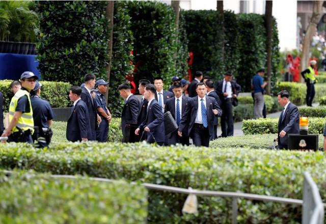 Dàn vệ sĩ áo đen siêu ngầu tái hiện màn chạy bộ tháp tùng ông Kim Jong-un tại Singapore - Ảnh 6.