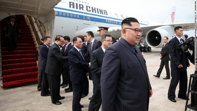 Dàn vệ sĩ áo đen siêu ngầu tái hiện màn chạy bộ tháp tùng ông Kim Jong-un tại Singapore - Ảnh 8.