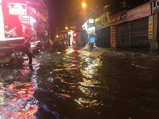 Hà Nội: Hàng trăm xe chết máy sau trận mưa lớn - Ảnh 2.