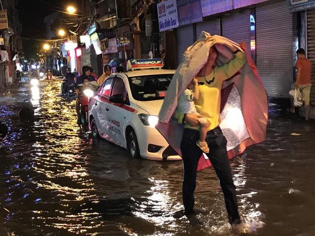 Hà Nội: Hàng trăm xe chết máy sau trận mưa lớn - Ảnh 11.