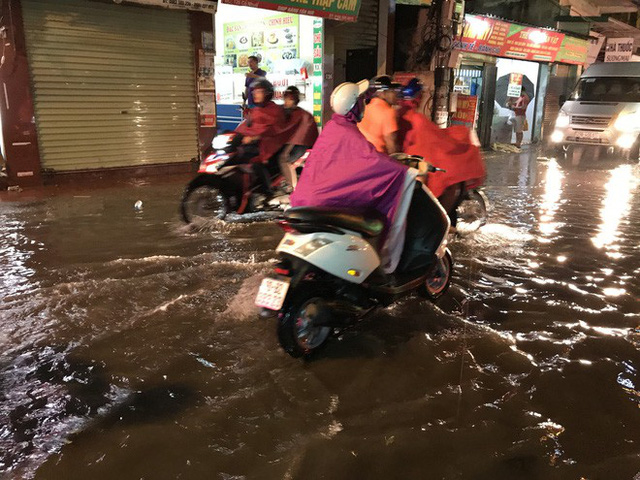 Hà Nội: Hàng trăm xe chết máy sau trận mưa lớn - Ảnh 12.