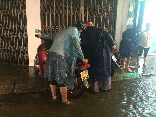 Hà Nội: Hàng trăm xe chết máy sau trận mưa lớn - Ảnh 14.