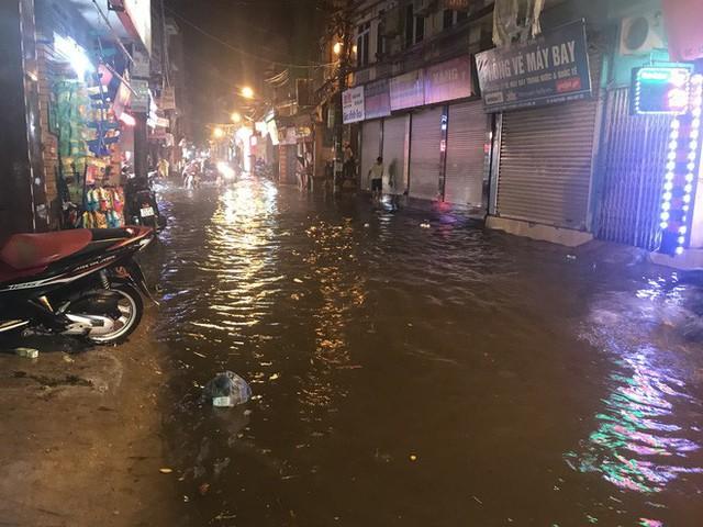 Hà Nội: Hàng trăm xe chết máy sau trận mưa lớn - Ảnh 15.