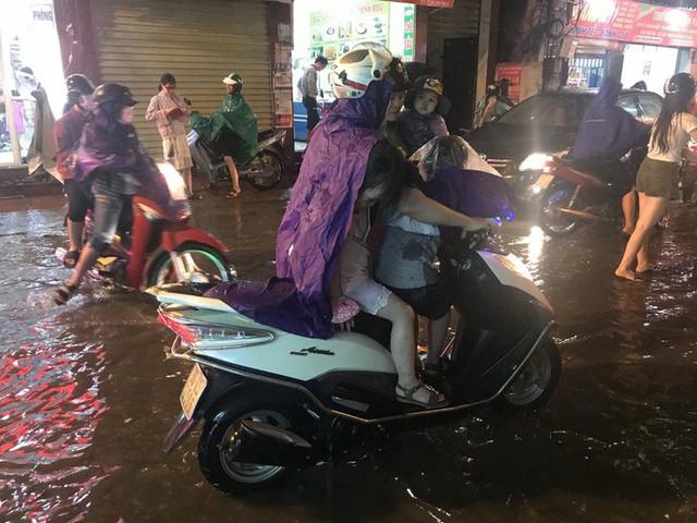 Hà Nội: Hàng trăm xe chết máy sau trận mưa lớn - Ảnh 16.