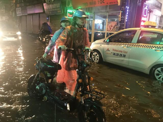 Hà Nội: Hàng trăm xe chết máy sau trận mưa lớn - Ảnh 17.