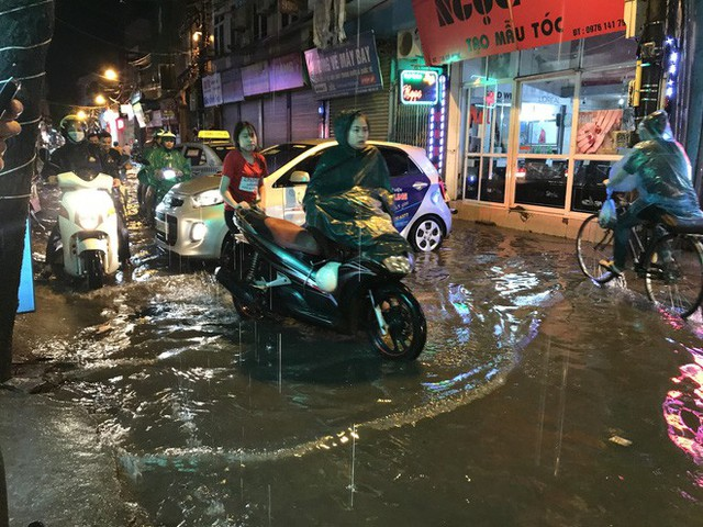 Hà Nội: Hàng trăm xe chết máy sau trận mưa lớn - Ảnh 18.