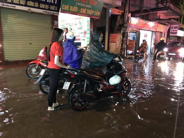 Hà Nội: Hàng trăm xe chết máy sau trận mưa lớn - Ảnh 19.
